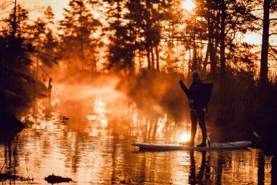 Saullēkta brauciens ar pirmajiem saules stariem un SUP dēli pa Ķemeru nacionālā parka ūdenstilpnēm.