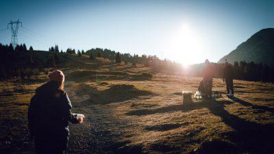 Brokastu laiks straprobežas zonā, kurā nedrīkst par apstāties. Albānija, ceļā uz Valbones ielejas nacionālā parka kalniem.