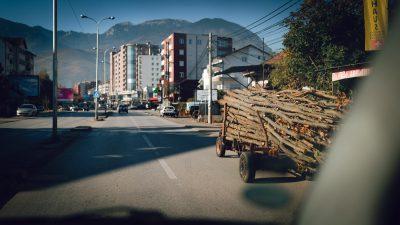 Ikdienišķas ceļa ainas. Albānija, ceļā uz Valbones ielejas nacionālā parka kalniem.