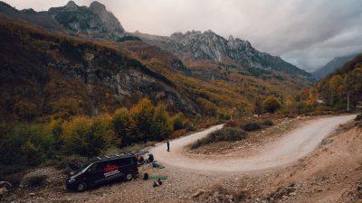 Esam kalnos, laiks nobāzēties, vakariņot un likties uz auss, lai nākamajā dienā ir spēks doties piedzīvojumos. Albānija, Valbones ielejas nacionālā parka kalnos.