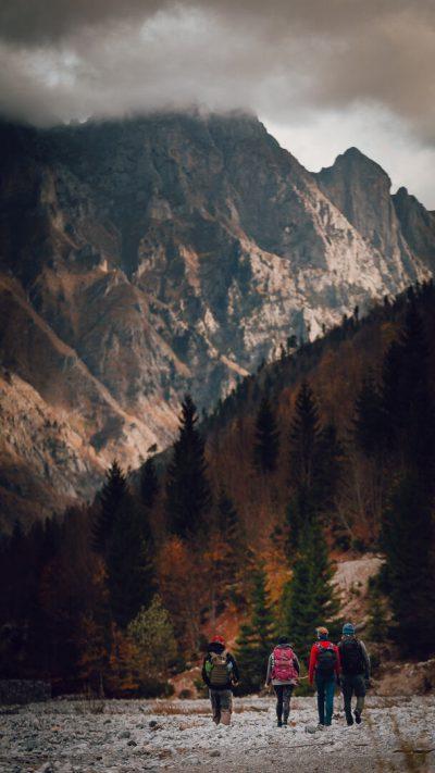 Mērķtiecīgi uz kalnu pārgājiena taku. Albānija, Valbones ielejas nacionālā parka kalnos.