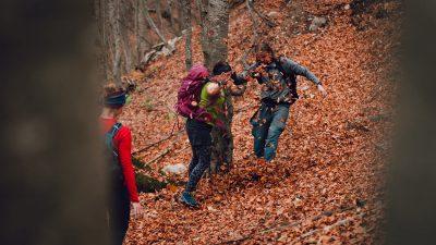 Prieks un līksmība, kad beidzot ir atrasta marķēta taka pēc ilga piedzīvojuma bezceļos. Albānija, Valbones ielejas nacionālā parka kalnos.