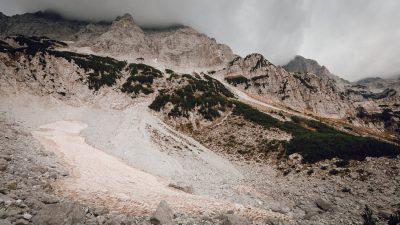 No pērnās ziemas saglabājies ledējs. Albānija, Valbones ielejas nacionālā parka kalnos.