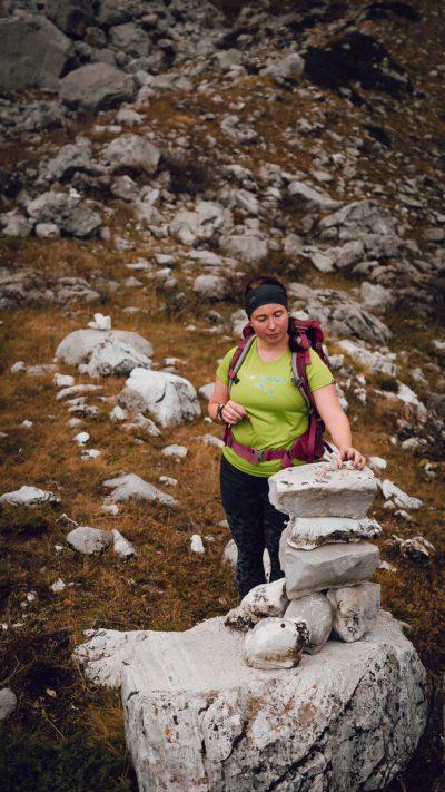 Inga un akmeņu krāvums. Albānija, Valbones ielejas nacionālā parka kalnos.