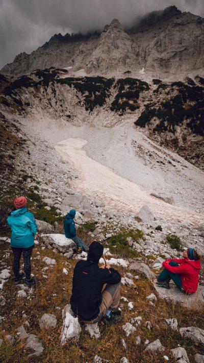 Atpūta un kalnu ainava pie ledāja. Albānija, Valbones ielejas nacionālā parka kalnos.