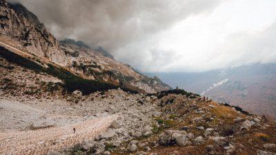 Kalnu ainava pie ledāja. Albānija, Valbones ielejas nacionālā parka kalnos.