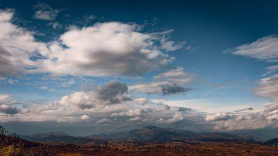 Kalnu aicinājums, kalnu burvība un neaprakstāmais skaistums. Albānija, skats uz Albānijas alpiem.